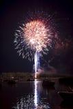 Fuochi d'artificio sul fiume Immagine Stock