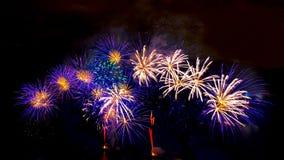 Fuochi d'artificio sul fondo scuro del cielo Fotografia Stock