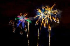 Fuochi d'artificio sul fondo scuro del cielo Immagini Stock Libere da Diritti