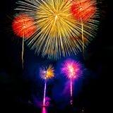 Fuochi d'artificio sul fondo scuro del cielo Immagine Stock Libera da Diritti