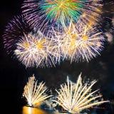 Fuochi d'artificio sul fondo scuro del cielo Immagini Stock