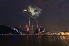 Fuochi d'artificio sul lago lugano fotografia stock libera da diritti