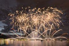 Fuochi d'artificio sul lago lugano immagine stock