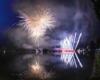 Fuochi d'artificio sul lago lugano, Lavena-Ponte Tresa fotografie stock libere da diritti