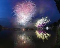 Fuochi d'artificio sul lago lugano, Lavena-Ponte Tresa immagine stock