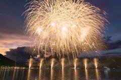 Fuochi d'artificio sul lago lugano nella notte di estate fotografie stock libere da diritti