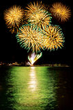 Fuochi d'artificio sul mare immagini stock libere da diritti