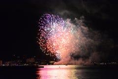 Fuochi d'artificio sul mare Immagine Stock
