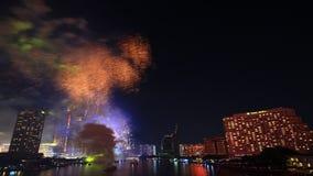 Fuochi d'artificio sulla città del fiume video d archivio