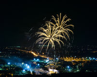 Fuochi d'artificio sulla città di notte Fotografie Stock Libere da Diritti