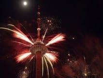 Fuochi d'artificio sulla torretta della TV Immagini Stock Libere da Diritti