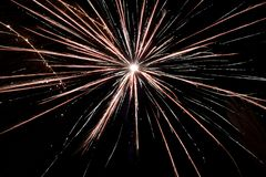 Fuochi d'artificio in un cielo nero del fondo immagine stock