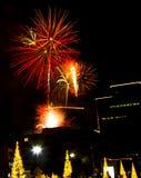 Fuochi d'artificio urbani - stagione di natale Immagini Stock Libere da Diritti