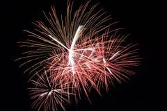 Fuochi d'artificio variopinti astratti con i vari colori sugli ambiti di provenienza scuri di notte Immagine Stock