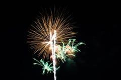Fuochi d'artificio variopinti astratti con i vari colori sugli ambiti di provenienza scuri di notte Immagini Stock