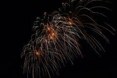 Fuochi d'artificio variopinti astratti con i vari colori sugli ambiti di provenienza scuri di notte Fotografia Stock Libera da Diritti