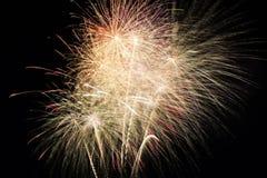 Fuochi d'artificio variopinti astratti con i vari colori sugli ambiti di provenienza scuri di notte Immagini Stock Libere da Diritti
