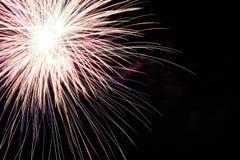 Fuochi d'artificio variopinti astratti con i vari colori sugli ambiti di provenienza scuri di notte Fotografie Stock