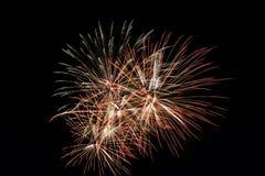 Fuochi d'artificio variopinti astratti con i vari colori sugli ambiti di provenienza scuri di notte Fotografia Stock