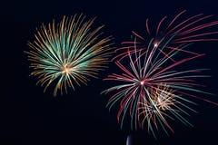 Fuochi d'artificio variopinti che inondano giù Immagini Stock Libere da Diritti