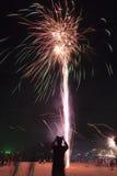 Fuochi d'artificio variopinti del buon anno 2016 sul cielo notturno Immagini Stock Libere da Diritti