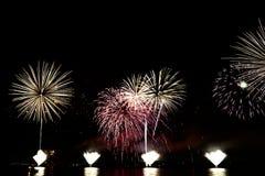 Fuochi d'artificio variopinti di celebrazione Immagini Stock Libere da Diritti
