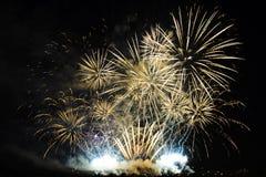 Fuochi d'artificio variopinti di vari colori sopra cielo notturno Immagine Stock