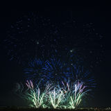 Fuochi d'artificio variopinti di vari colori sopra cielo notturno Fotografie Stock