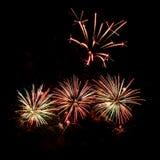 Fuochi d'artificio variopinti di vari colori sopra cielo notturno Immagini Stock