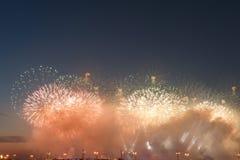 Fuochi d'artificio variopinti di vari colori sopra cielo notturno fotografie stock libere da diritti