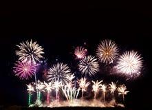 Fuochi d'artificio variopinti di vari colori sopra cielo notturno, fuochi d'artificio o fotografia stock