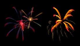 Fuochi d'artificio variopinti fantastici sopra il cielo scuro Fotografia Stock