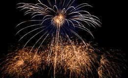 Fuochi d'artificio variopinti fantastici sopra il cielo scuro Immagine Stock