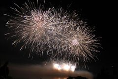 Fuochi d'artificio variopinti luminosi di notte dei fuochi d'artificio Fotografia Stock