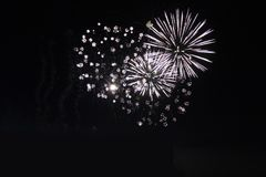 Fuochi d'artificio variopinti luminosi di notte dei fuochi d'artificio Fotografie Stock