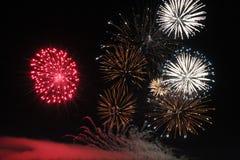 Fuochi d'artificio variopinti luminosi di notte dei fuochi d'artificio Immagine Stock