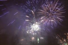 Fuochi d'artificio variopinti luminosi la vigilia dei nuovi anni a Ostrava, repubblica Ceca contro il cielo nuvoloso Immagini Stock