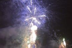 Fuochi d'artificio variopinti luminosi la vigilia dei nuovi anni a Ostrava, repubblica Ceca contro il cielo nuvoloso Immagine Stock Libera da Diritti