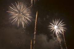 Fuochi d'artificio variopinti luminosi la vigilia dei nuovi anni a Ostrava, repubblica Ceca contro il cielo nuvoloso Fotografia Stock