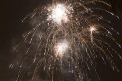 Fuochi d'artificio variopinti luminosi la vigilia dei nuovi anni a Ostrava, repubblica Ceca contro il cielo nuvoloso Immagini Stock Libere da Diritti