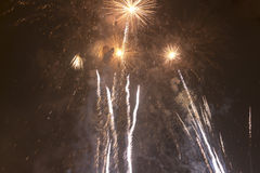 Fuochi d'artificio variopinti luminosi la vigilia dei nuovi anni a Ostrava, repubblica Ceca contro il cielo nuvoloso Immagine Stock