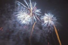 Fuochi d'artificio variopinti luminosi la vigilia dei nuovi anni a Ostrava, repubblica Ceca contro il cielo nuvoloso Fotografie Stock Libere da Diritti