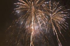 Fuochi d'artificio variopinti luminosi la vigilia dei nuovi anni a Ostrava, repubblica Ceca contro il cielo nuvoloso Fotografia Stock Libera da Diritti