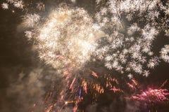 Fuochi d'artificio variopinti luminosi la vigilia dei nuovi anni a Ostrava, repubblica Ceca contro il cielo nuvoloso Fotografie Stock
