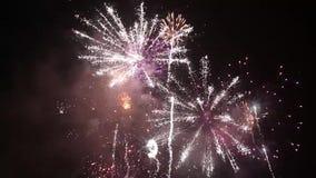 Fuochi d'artificio variopinti luminosi la vigilia dei nuovi anni a Ostrava, repubblica Ceca contro il cielo nuvoloso, non audio stock footage