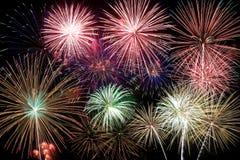 Fuochi d'artificio variopinti nel cielo notturno Immagine Stock
