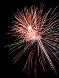 Fuochi d'artificio variopinti nel cielo notturno Immagine Stock Libera da Diritti