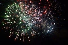 Fuochi d'artificio variopinti nel cielo scuro fotografia stock libera da diritti