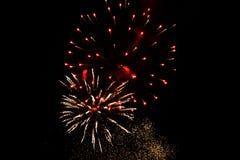 Fuochi d'artificio variopinti nella notte Fotografia Stock