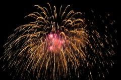 Fuochi d'artificio variopinti sopra cielo notturno Immagini Stock